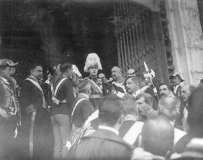 O Rei D. Manuel II à saída do Palácio de S. Bento, após a abertura da Legislatura - Foto de Benoliel, 29 de Abril de 1908