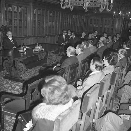 Marcelo Caetano com Deputados na Biblioteca da Assembleia Nacional, em 1973. Fotografia de Miranda Castela, AHP.