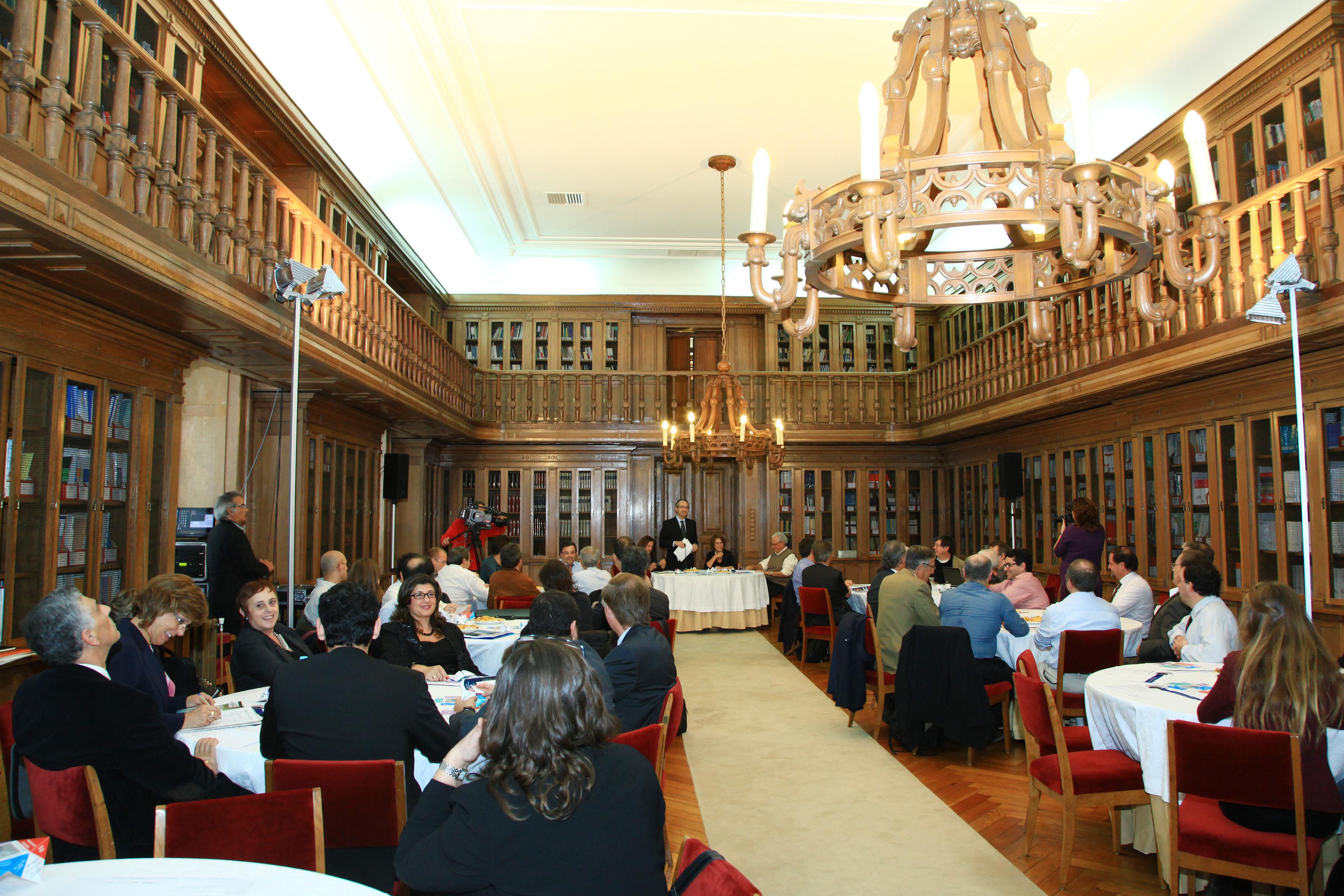 """24.outubro.2012 - Café de Ciência sobre """"Investigação fundamental e investigação aplicada: contributos do bosão de Higgs"""". (mais...)"""